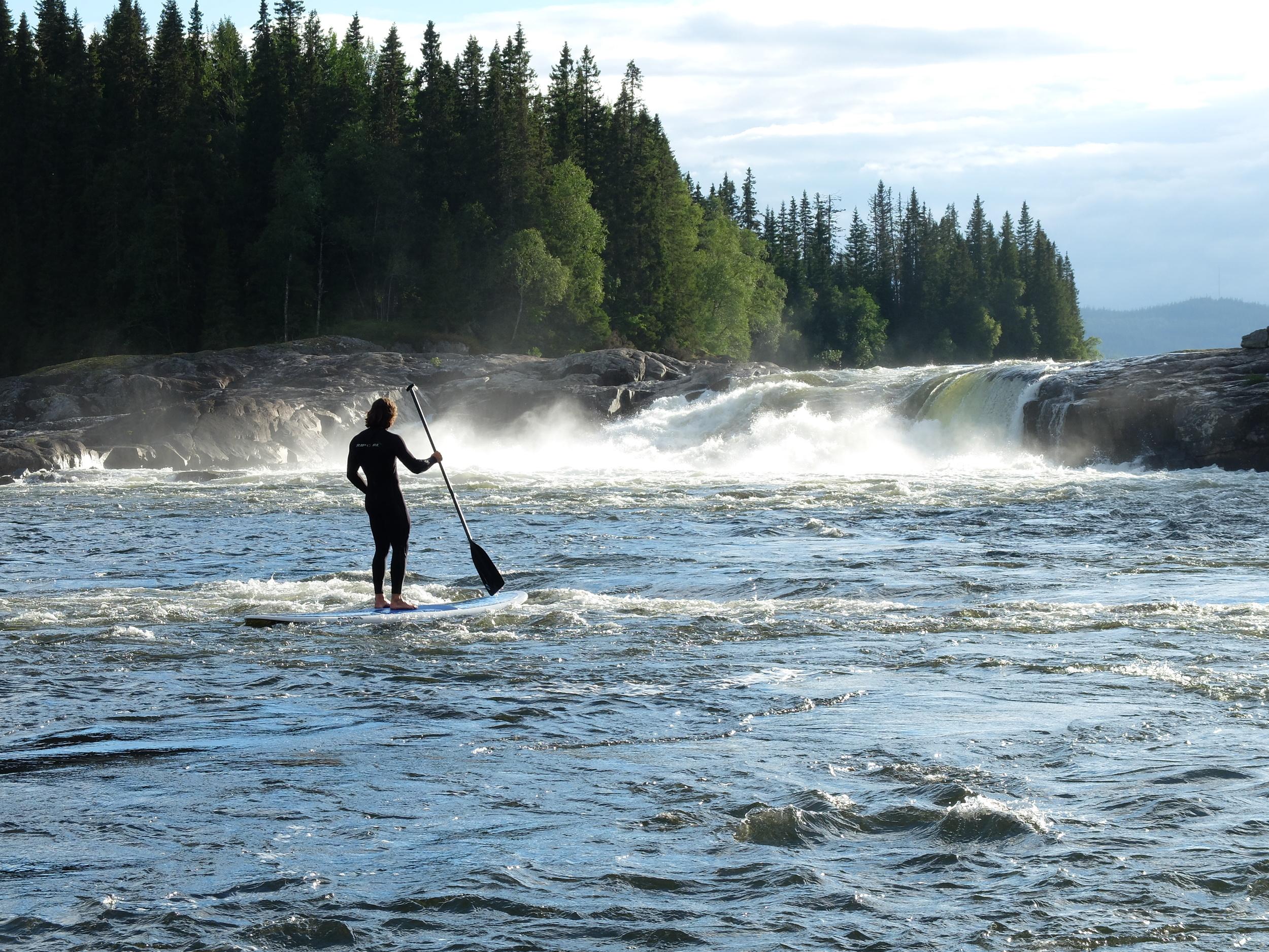Vi (eller Mattias) fick höra att det finns en våg nedanför tegeforsen som man eventuellt kunde surfa på. Vi tog med oss en SUP aka båt och testade. Det var riktigt kul att paddla runt nedanför forsen och man kunde stå lite på vågen även om brädan typ var större än hela vågen.