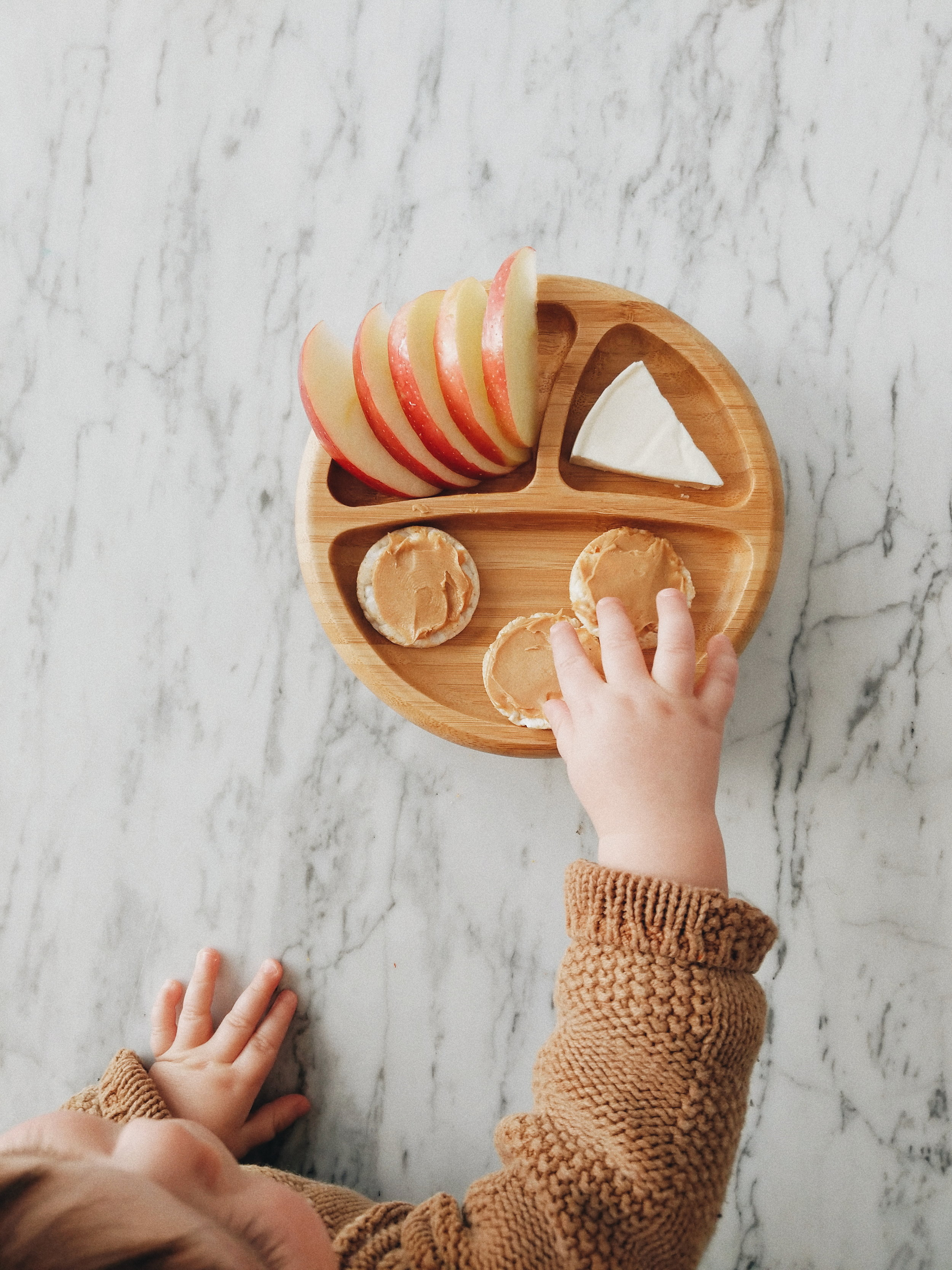 missjesscraven-toddlermeals-apples-and-peanutbutter.jpg