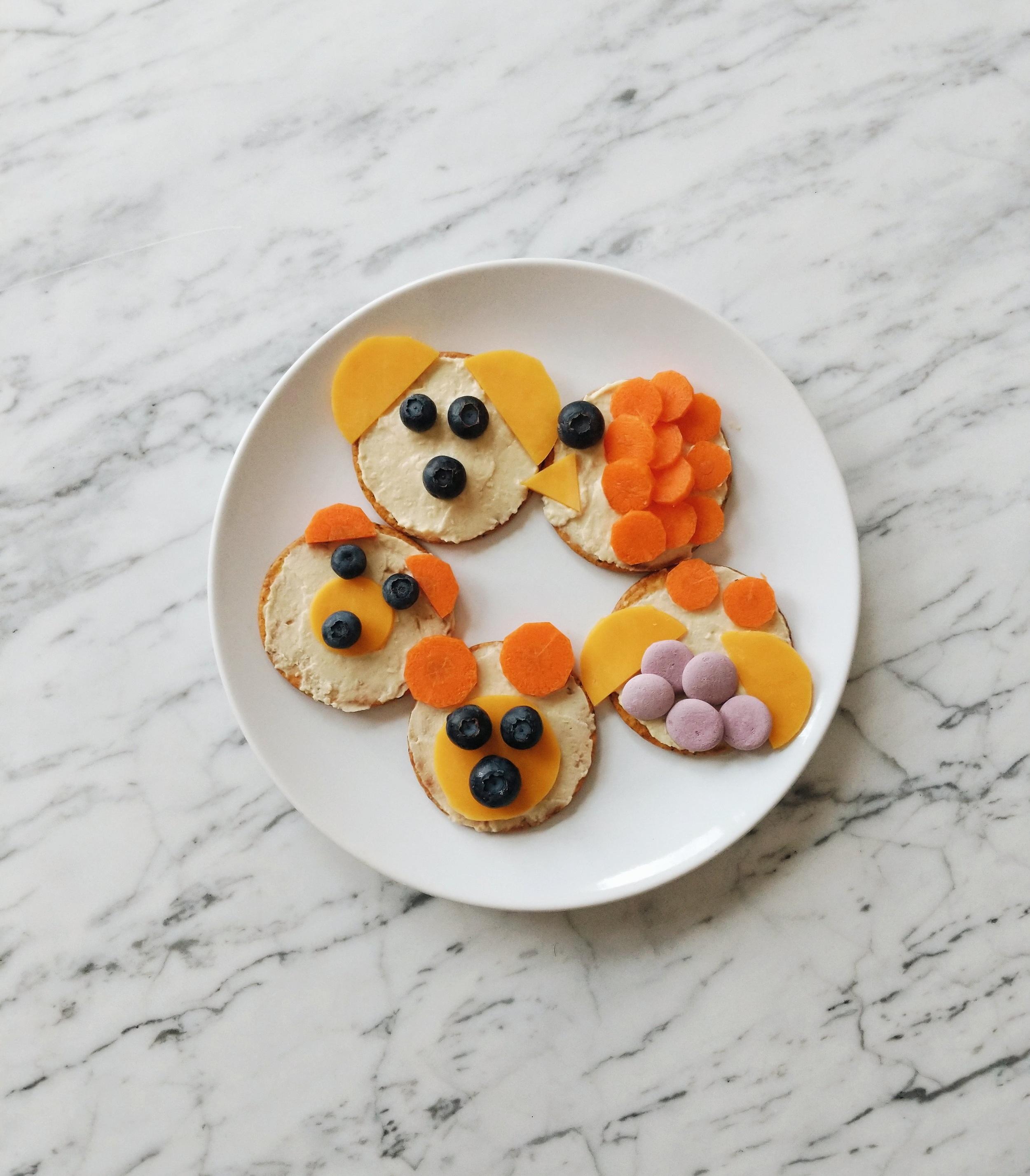 missjesscraven-toddlermeals-crackers-and-hummus.jpg