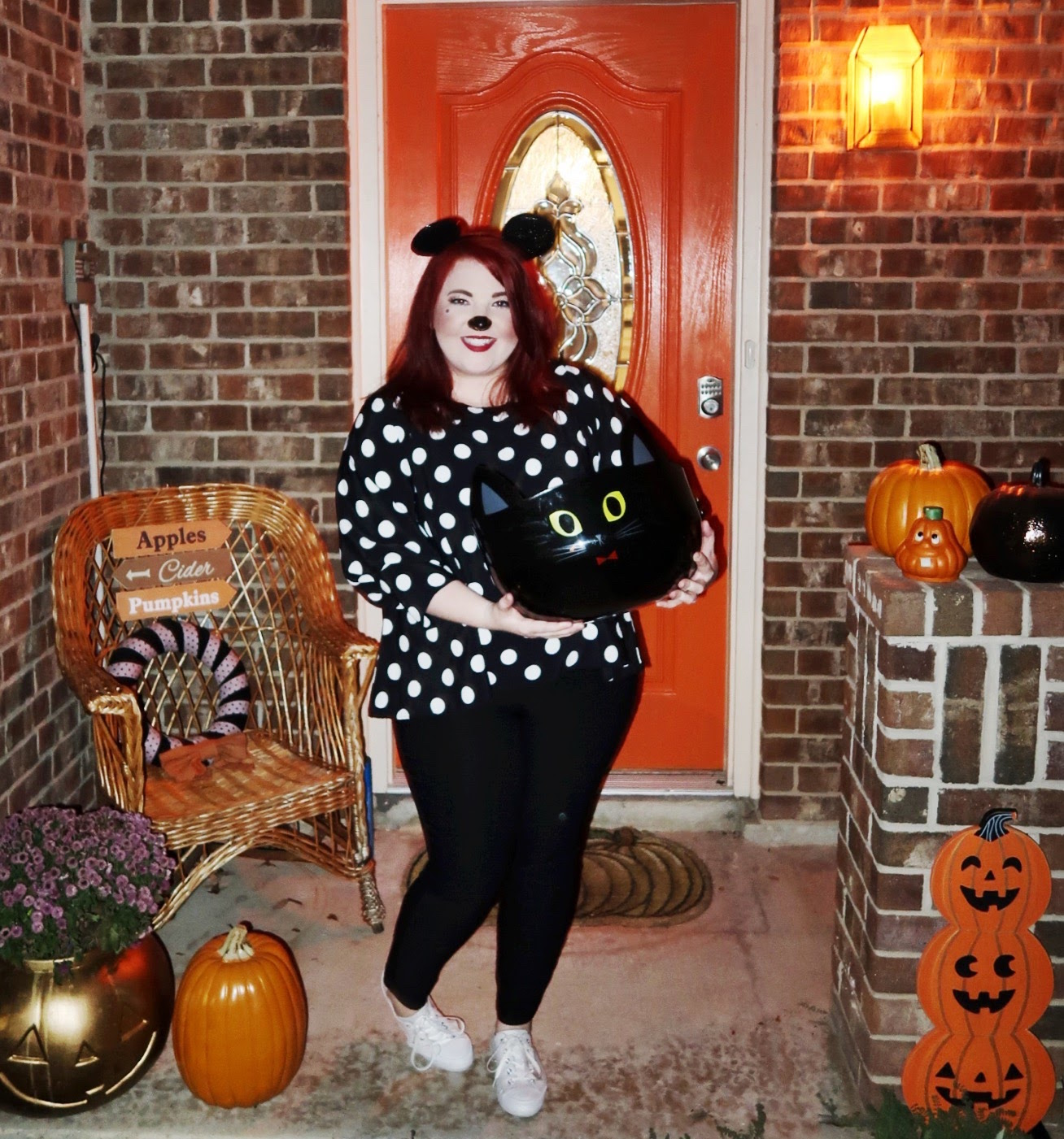 minnie-mouse-handing-out-candy