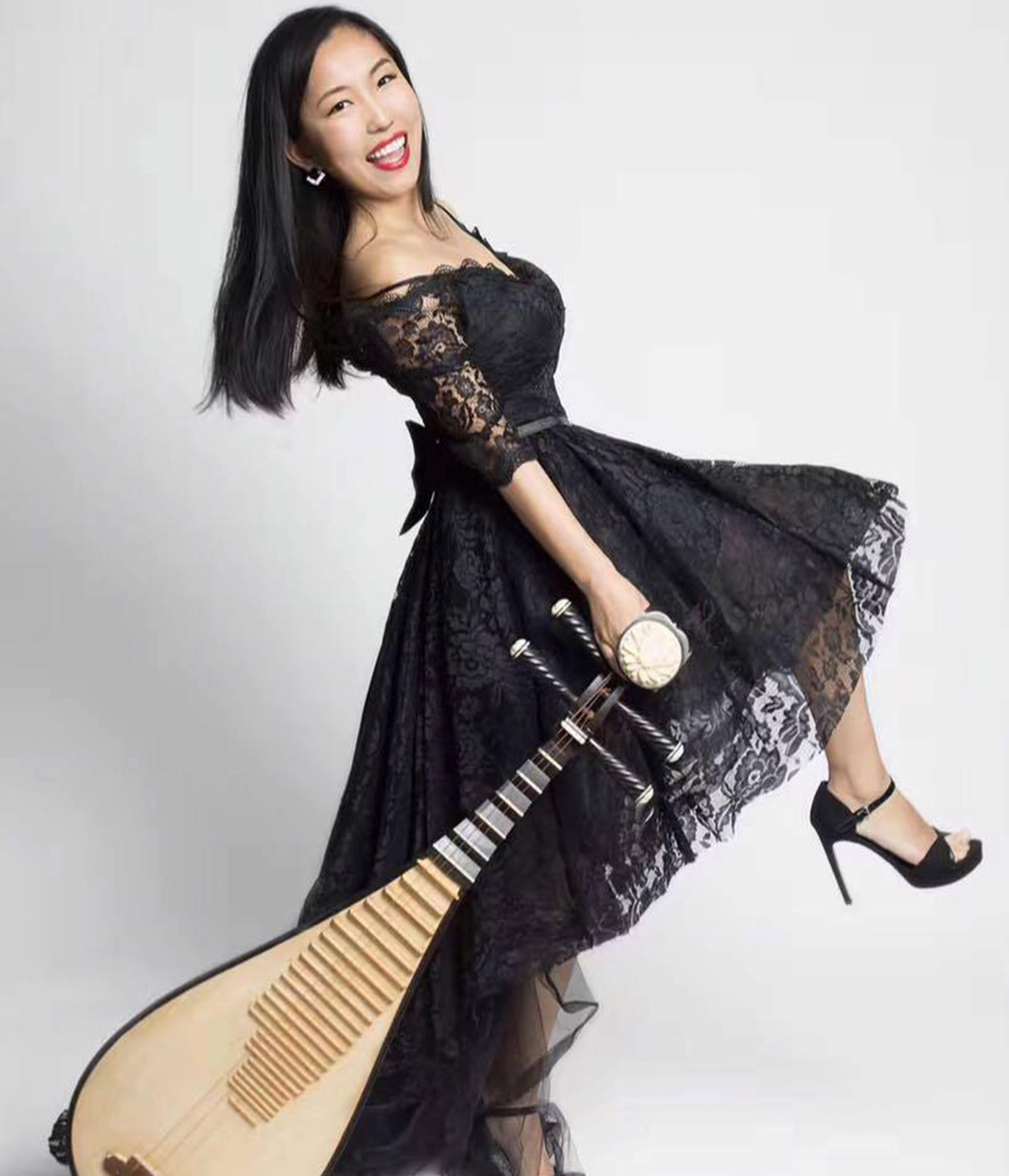 Lu Liu  is an award-winning pipa musician with 20 years of performance experience. She learned to play pipa from Professor Yong Ge of the China Conservatory of Music and is a member of the China Nationalities Orchestra Society. She has earned many accolades, including the Gold Medal in the 2017 New York Chinese Instruments International Competition and the New York Arts Achievement Award. As a member of Chinese Music Ensemble of New York and Chinese Theater Works, she has given performances at Carnegie Hall, Lincoln Center, Merkin Concert Hall,