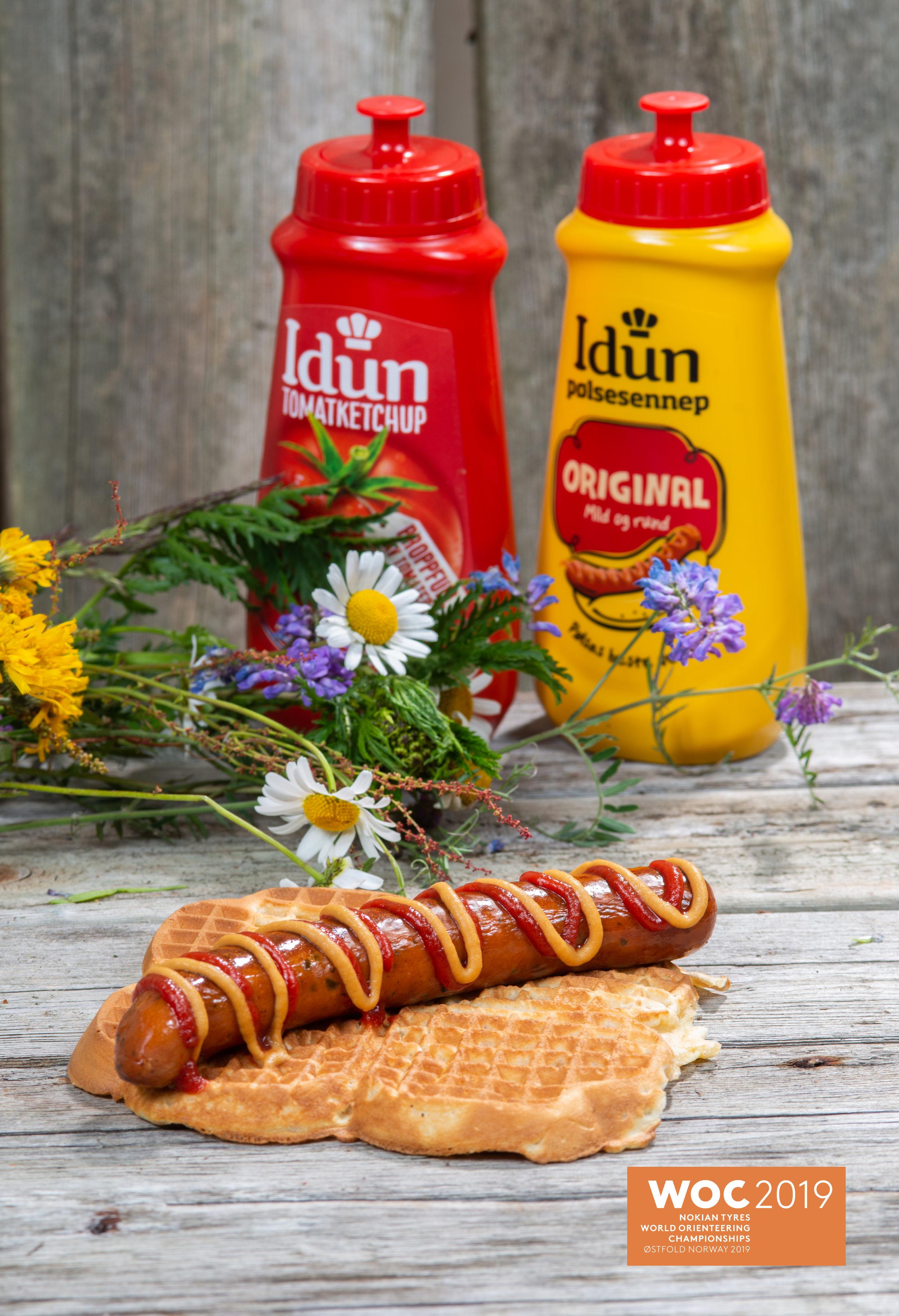 Grov Østfoldvaffel med mel fra Holli - Mølle, Den sorte Havre, egg fra Ek gårdspakkeri og Odelia - olje. Sennep og ketchup fra Idun i Rygge. WOC - pølse fra Brød. Ringstad med 85% kjøtt.