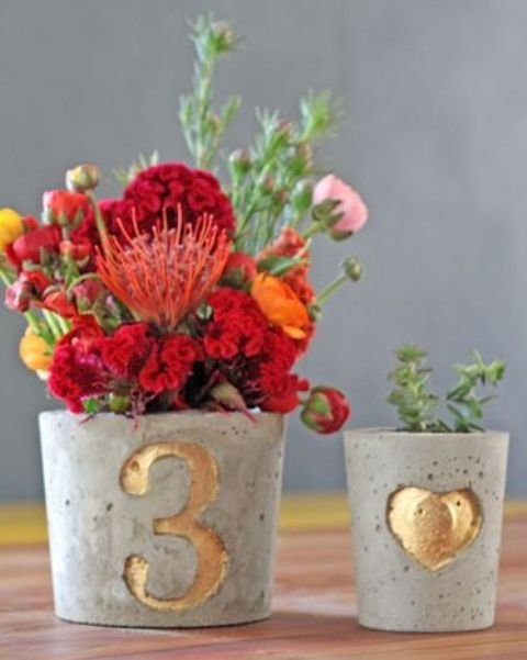 19-concrete-pots-with-metallic-numbers-on-them.jpg