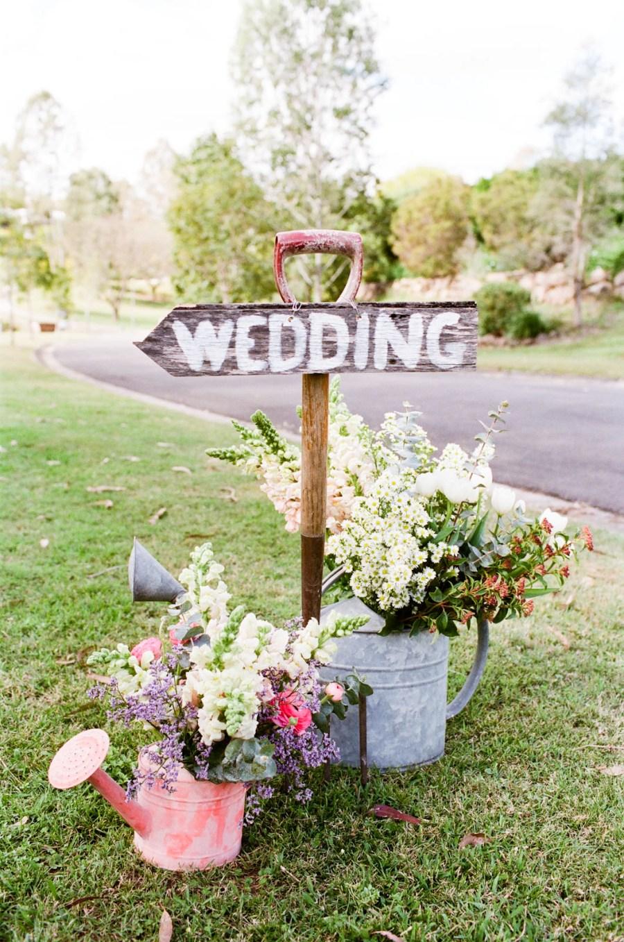 wooden-handled-shovel-wedding-decor.jpg