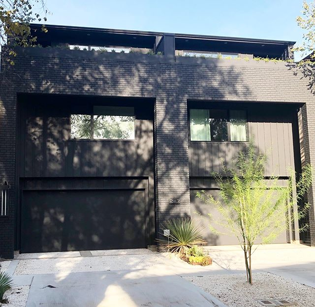 The life of a modern black house 🖤🖤🖤 killing it day and night. Loving working with very different styles 😍#allie_wood_design_studio #blackhouse #gothamdevelopment #newconstruction #customhome #murdered #benjaminmoorecaviar #verymodern