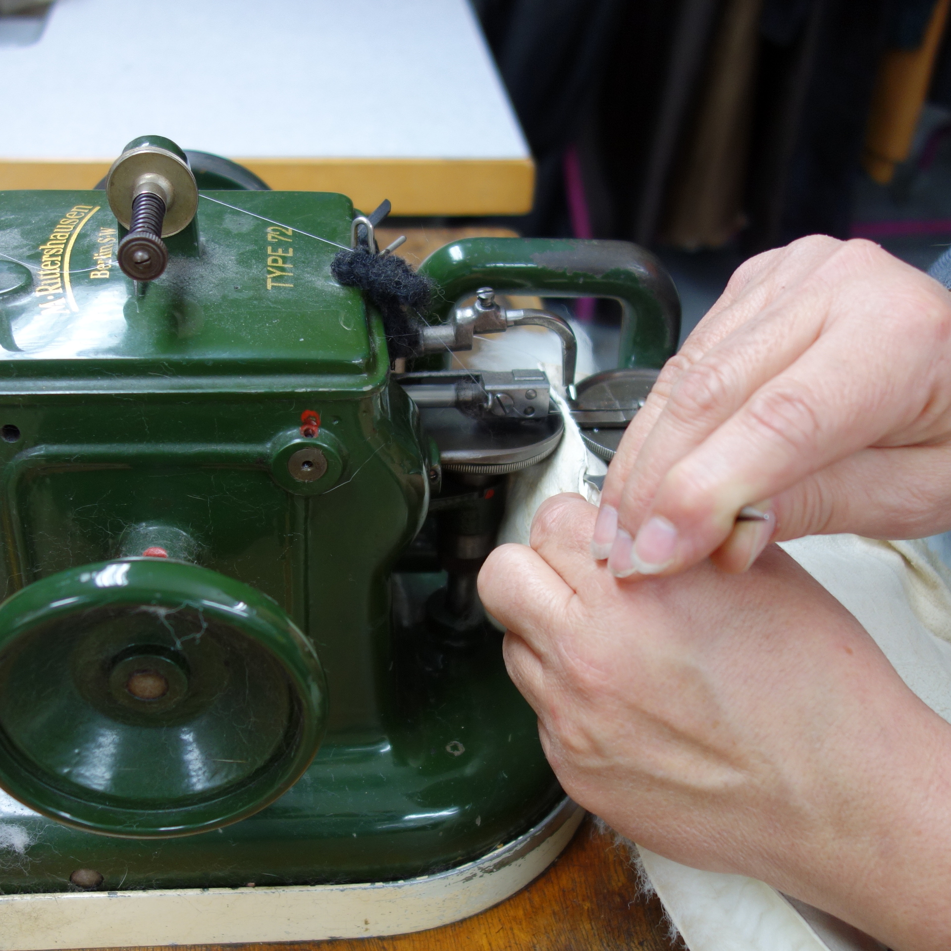 The fur sewing machine has a secret: stitching from the leather side allows for invisible seams. This makes it perfect for later retrofitting - unlike other garments. You fur coat can adapt for decades.