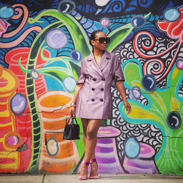 When you find good street art, hop out and get that picture sis!! 😎📸 Setaria dress redux by my sew sis @seenorr. Check out her post on Moods Sewciety blog! 🙌 ✂️ Fabic and Pattern: @moodfabrics ✂️ Accessories: @sassaries #sewing #sewingblogger #fashion #freepattern #designerfabric #blazerdress  #streetart