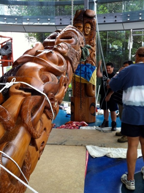 Te Ahu: Putting up the Te Rarawa pou, carved by Paul Marshall, January 2012