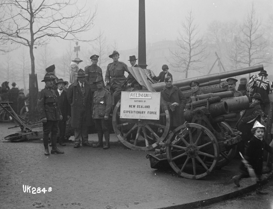 Field guns captured by New Zealanders in World War I on display in London, 1918, Alexander Turnbull Library, 1/2-014087-G