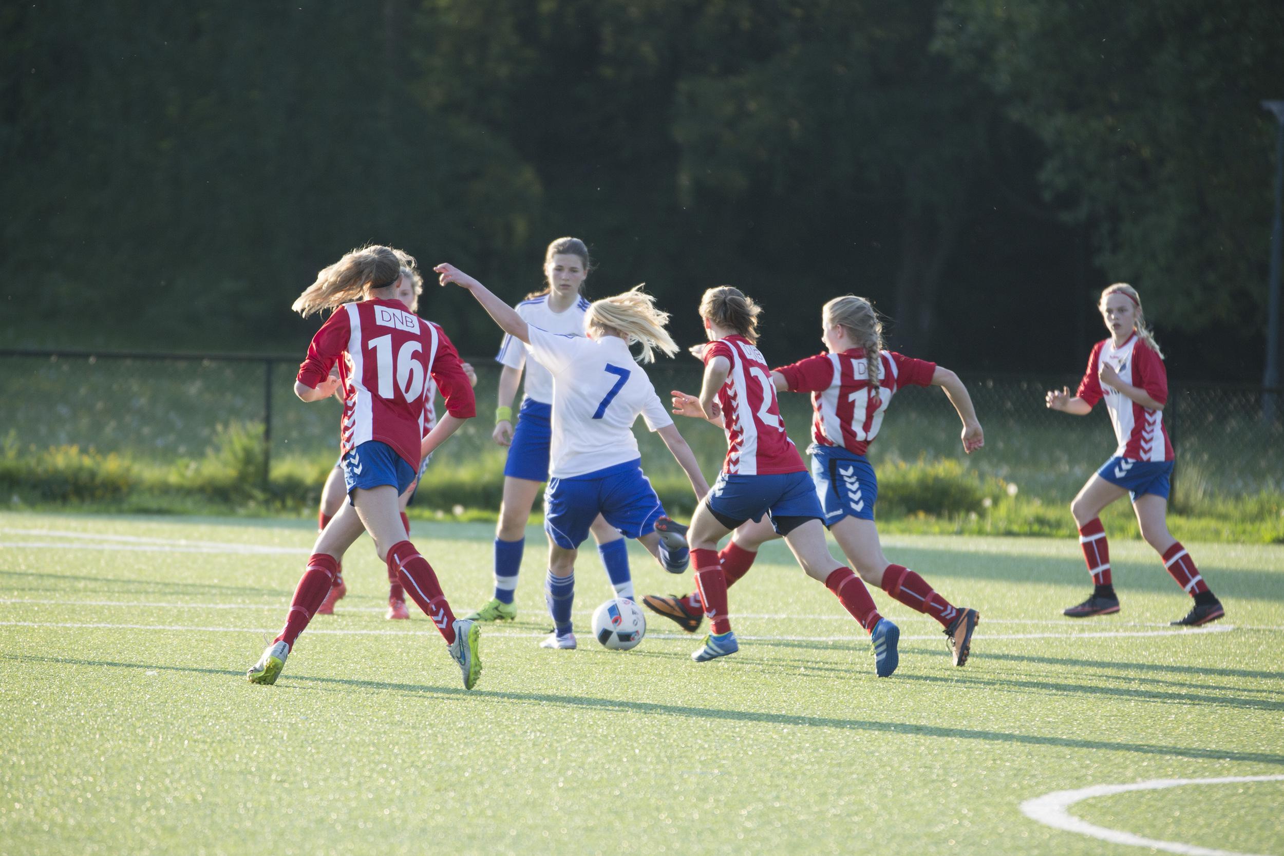 Mange LYN-jenter på returløp i steikende sol for å stoppe Lambertseters gode nr. 7 Foto: Gunhild Lien