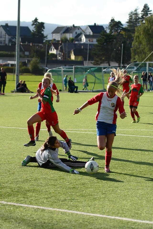 Iben viser at hun burde spilt for FC Tekkers med en fin dribling av keeper. Foto: Dines Haslund