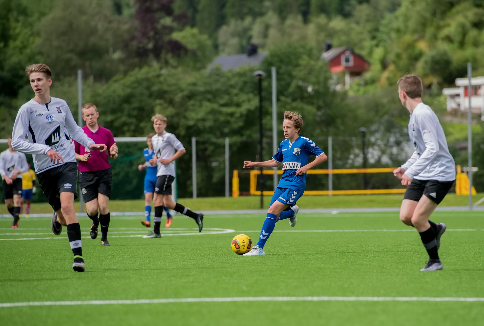 Kampprogrammet er klart for turneringen i Sandefjord!  Alle kampene i puljespillet avvikles på lørdag 12. august, mens sluttspillet foregår søndag formiddag.  Slik spilles alle kampene, inkludert alle potensielle utfall:   Innledende kamper i pulje D    (ekstern lenke til turneringens hjemmesider)   Storstadion — 11.00, Lyn2 — Søgne1 Storstadion — 12.40, Lyn2 — Nesøya Storstadion — 16.00, Stokke - Lyn2  Sluttspill: Dersom vinner av pulje D Fram2 — 12.00, mot vinner av kamp 5832 (C1/G2) Fram1 — 14.40, semifinale Fram1 — 16.30, finale  Dersom sølvvinner i pulje D Fram2 — 10.10, mot C2 (Klemetsrud1, Lyn Fotball3, Nordnes, United Hole) Fram2 — 12.50, mot G1 (Lier, Oppsal1, Ringsaker/Nes, Store Bergan) Fram1 — 16.30, finale  Dersom 3. Plass i pulje D Storstadion — 12.00 (C3/G4) Storstadion — 14.40 Semifinale Gamle Stadion — 16.30, finale  Dersom 4. Plass i pulje D Storstadion — 10.10, mot C4 (Klemetsrud1, Lyn Fotball3, Nordnes, United Hole)    Praktisk info om reisen og cupen  Turneringsavgiften (3500) er allerede dekket av onkel Rolf-Magne i Lyn, og følgelig er kostnadene nede i spilleravgift (220 per spiller), pluss matutgifter. Planlegger en stoshopping på vei ned, og at vi tilbereder alle måltider selv.  Vi har ikke lykkes med å få til en ekstra hytte i Vestfold, og følgelig må noen spillere trolig pendle med en bil. Vi kommer til å reise ned lørdag morgen, og hjem etter en bankett med grillings på hytta til Alex (med et lite værforbehold).  Vi kommer til å trenge ca fem biler der nede, og trenger noen foreldre som kan være med på tur og også noen som kan kjøre ned på dagsturer enten lørdag eller søndag.  Kampene spilles 2x20 minutter og i sluttspillet blir det 5 min sudden death dersom uavgjort, deretter flest cornere gjennom hele kampen og til slutt loddtrekning.   Foreløpig tropp (påmeldt i Spond)  Tim Didrik Thomas Victor Alexander L Hans August Sebastian Scott Frede Kasper Lars Håkon Jireh Alexander S