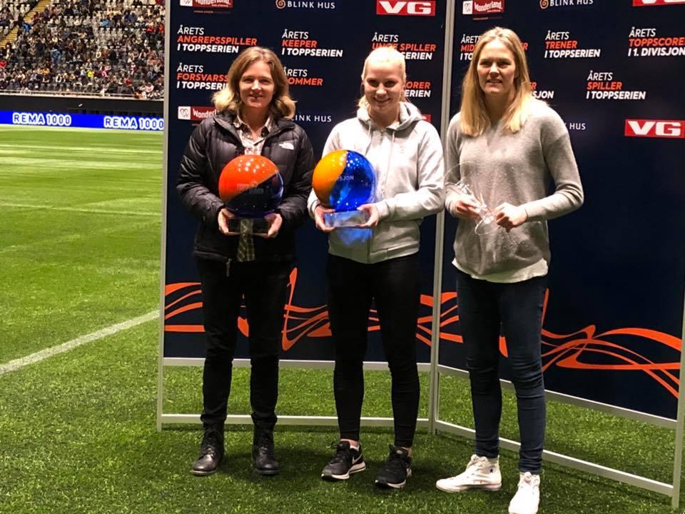 Camilla Huseby (i midten) - årets spiller i 1. divisjonen! (Foto: Berntsen foto)