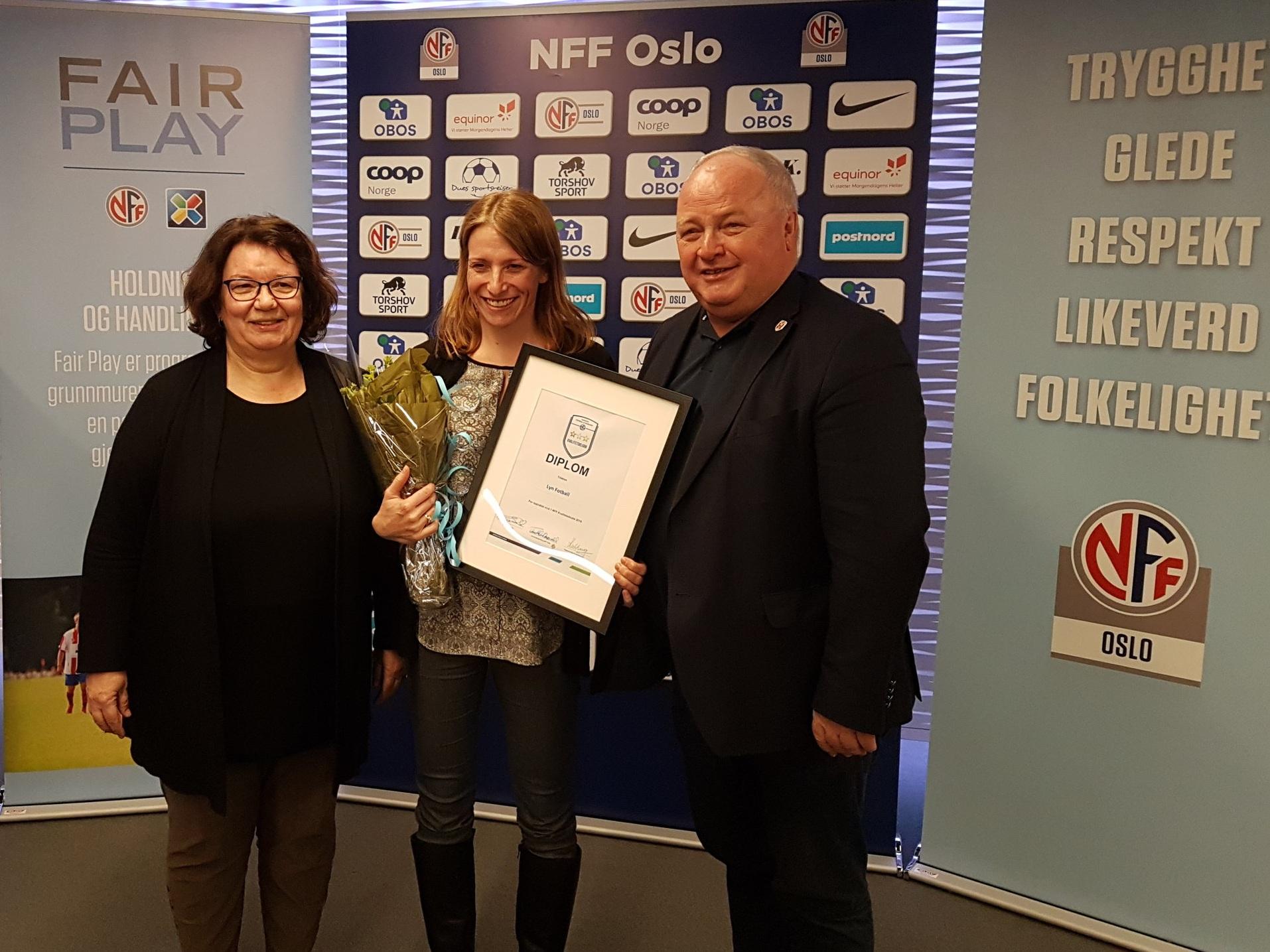 Lyn Fotball mottar beviset på Kvalitetsklubb. F.v. Styreleder NFF Oslo Kari Hove, Styreleder Lyn Fotball Tone Etholm, Fotballpresident Terje Svendsen