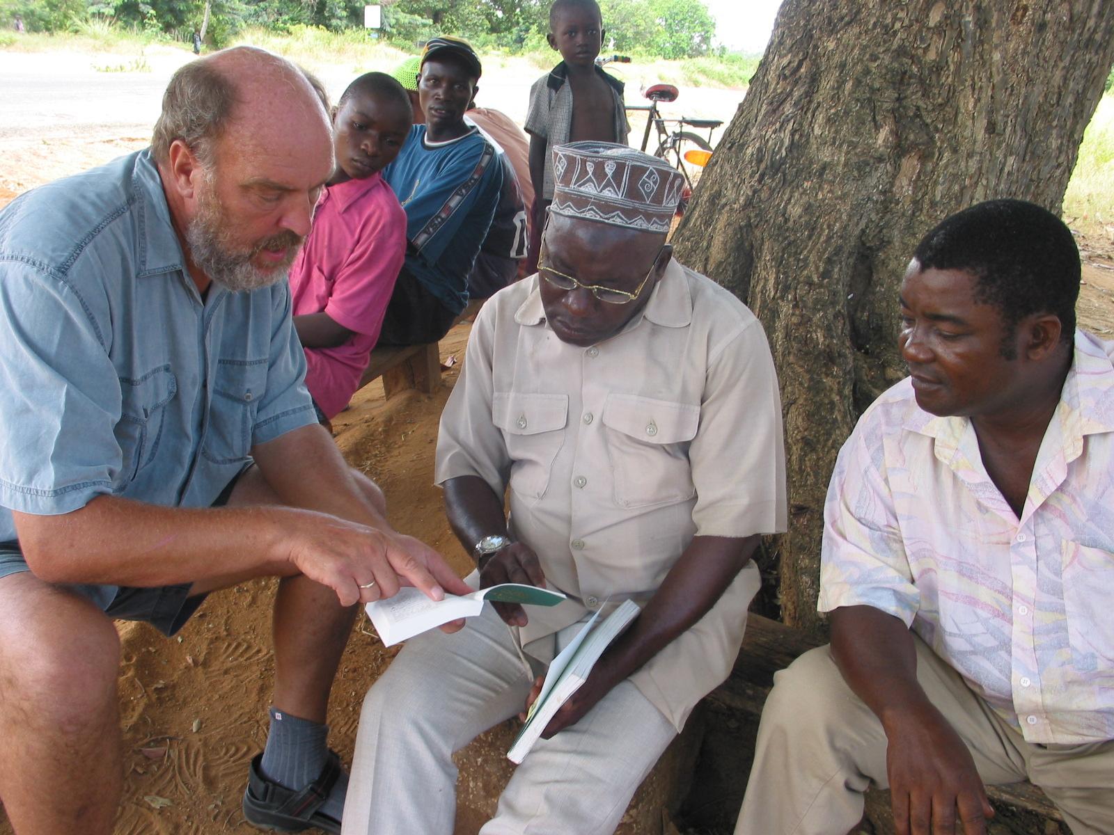 Erik Nielsen (som stårtede SB) sælger og underviser i Bagamoyo 200.jpg