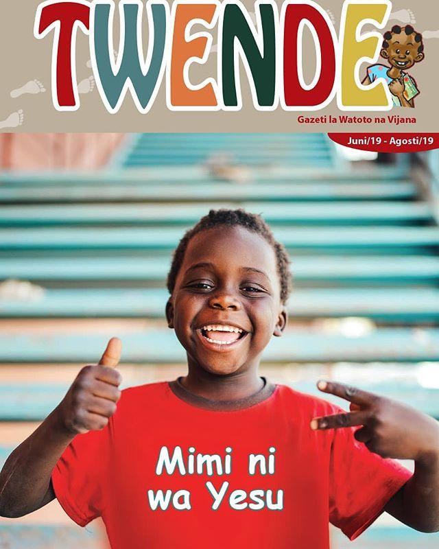 """Umewahi kusikia mtu akisema, """"Mimi ni mwanafunzi wa Yesu""""? Au, """"Mimi ni mtoto wa Yesu? Au, """"Mimi ni mtumishi wa Yesu? Je, ana maana gani hasa?  Soma makala za gazeti hili upate ufafanuzi mzuri kuhusu swali hili. Kwa mfano katika sala utajifunza jinsi Yesu alivyowaalika watoto kumfuata ili awabariki. Lakini wale aliokuwa nao wakataka kuwafukuza. Ilitokea nini mahali hapo? Yesu alisema, """"Waacheni"""" tena akawaambia, """"Ufalme wa Mungu ni wao"""". Siyo kawaida mtu mwema kukaa na watu wenye tabia mbaya, sivyo? Lakini katika Hadithi utasoma kuhusu mtu fulani aliyeenda kushinda na kula nyumbani kwa mtu mwenye tabia mbaya ya kudhulumu mali za wenzie. Unafikiri huyu ni nani?  Kuna simulizi nzuri, katuni na ushuhuda wa mtu aliyempokea Yesu kuwa Bwana na Mwokozi wake miaka mingi iliyopita na hadi sasa anaitunza imani yake akimtumikia Mungu kwa kazi mbalimbali.  Karibu usome! Twende inauzwa Tsh. 500 tu. Na inapatikana dukani kwetu. Soma Biblia  #Dar #Arusha #Mbeya #Iringa #Mwanza #Twende #Watoto #MiminiwaYesu"""