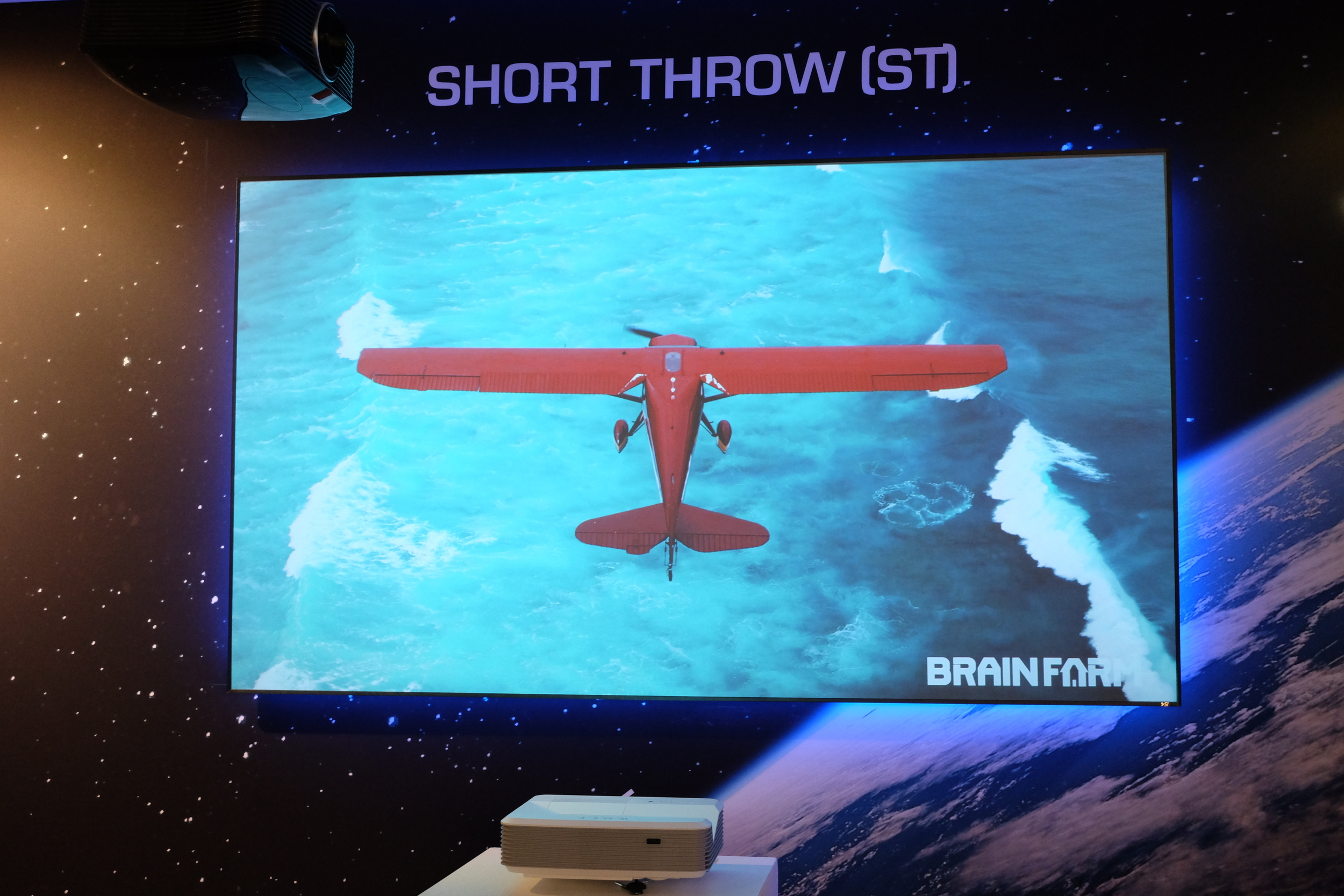 sI Zero Edge ST screen presented with ultra short throw projector at ISE 2016 - Photograph Philippe Regnier
