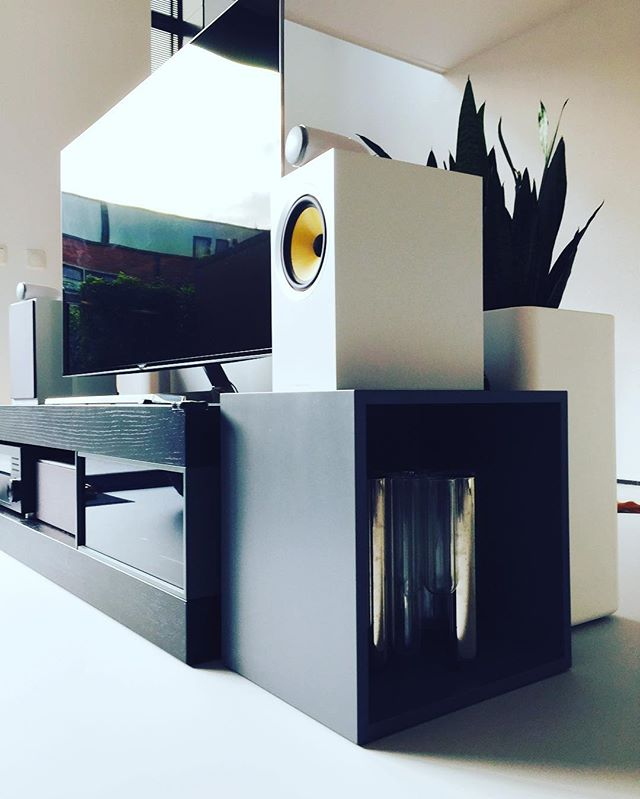 Using #muuto stacked as a speaker stand for #bowersandwilkins CM6 #audio integration and #design @thedandydomain
