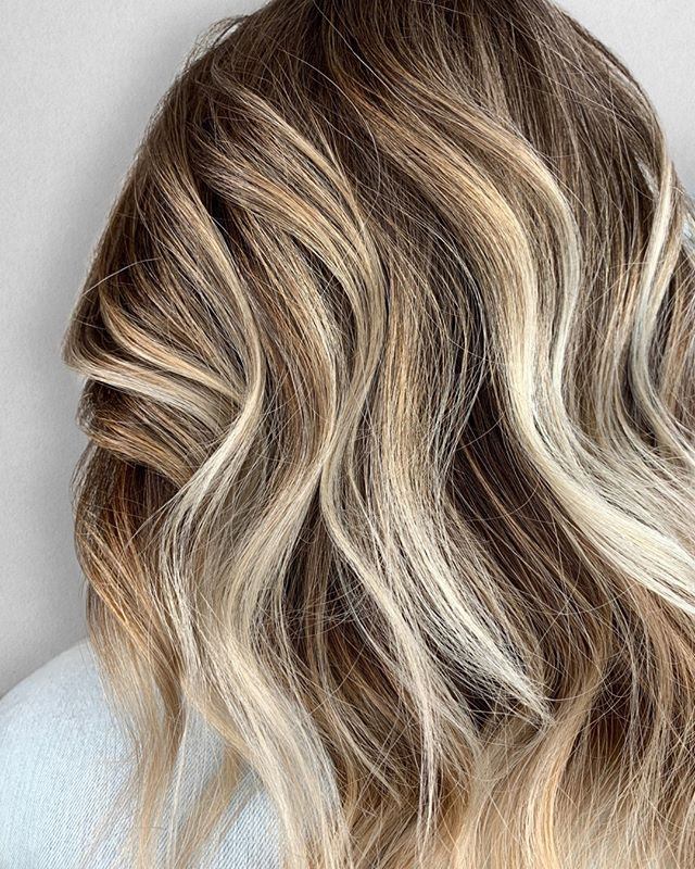 Can't get over this color 😍⠀⠀⠀⠀⠀⠀⠀⠀⠀ ___________________________⠀⠀⠀⠀⠀⠀⠀⠀⠀ .⠀⠀⠀⠀⠀⠀⠀⠀⠀⠀⠀⠀⠀⠀⠀⠀⠀⠀⠀⠀⠀⠀⠀⠀⠀⠀⠀ FOR STYLIST : ⠀⠀⠀⠀⠀⠀⠀⠀⠀⠀⠀⠀⠀⠀⠀⠀⠀⠀⠀⠀⠀⠀⠀⠀⠀⠀⠀ Technique : Teasylights & balayage⠀⠀⠀⠀⠀⠀⠀⠀⠀ Formula : @joico Verolight / 30vol • FreePlay / 30vol⠀⠀⠀⠀⠀⠀⠀⠀⠀ Glaze : @redken 7P8N8V • 9N9V9P⠀⠀⠀⠀⠀⠀⠀⠀⠀ •⠀⠀⠀⠀⠀⠀⠀⠀⠀ •⠀⠀⠀⠀⠀⠀⠀⠀⠀ •⠀⠀⠀⠀⠀⠀⠀⠀⠀ Color + Cut + Style = @seanmichaelhair || 📍= @thesalonbeau ➡️ For Appointments : Call or Book Online. Phone number and link in bio! ⠀⠀⠀⠀⠀⠀⠀⠀⠀ •⠀⠀⠀⠀⠀⠀⠀⠀⠀ •⠀⠀⠀⠀⠀⠀⠀⠀⠀ •⠀⠀⠀⠀⠀⠀⠀⠀⠀ #seanmichaelhair #beautylaunchpad #behindthechair #americansalon #btcfirstfeature #hairlove #distinctlynorthshore #mastersofbalayage #bestofbalayage #thesalonbeau #licensedtocreate #ittakesapro #modernsalon #blondebalayage #balayage #andoversalon #hairphotography #citiesbesthairartists #bostonma #bestofboston #bestofnorthshore #hairpictures #productclub @productclub #hairlovr #getintheclub #hairoftheday #scagree #yeshairdotcom #hairinspo #haireducation
