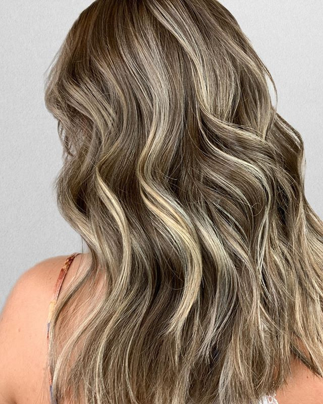 ✨Dimensional Foilayage ✨ . This was all done with under 30 foils - video to come soon! But a background story on my client is that she has never colored her hair before! Which honestly is music to my ears! . Lightener __ @joico Blonde Life / 20 - 30 vol Bond Repair __ @joico Defy Damage Pro Series Glaze __ @redken 7N roots 9V9NB ends⠀⠀⠀⠀⠀⠀⠀⠀⠀ Product __ @love_kevin_murphy Hair Resort Tools __@productclub @oliviagardenint @babylissprousa •⠀⠀⠀⠀⠀⠀⠀⠀⠀ •⠀⠀⠀⠀⠀⠀⠀⠀⠀ Color + Cut + Style = @seanmichaelhair || 📍= @thesalonbeau ➡️ For Appointments : Call or Book Online. Phone number and link in bio!