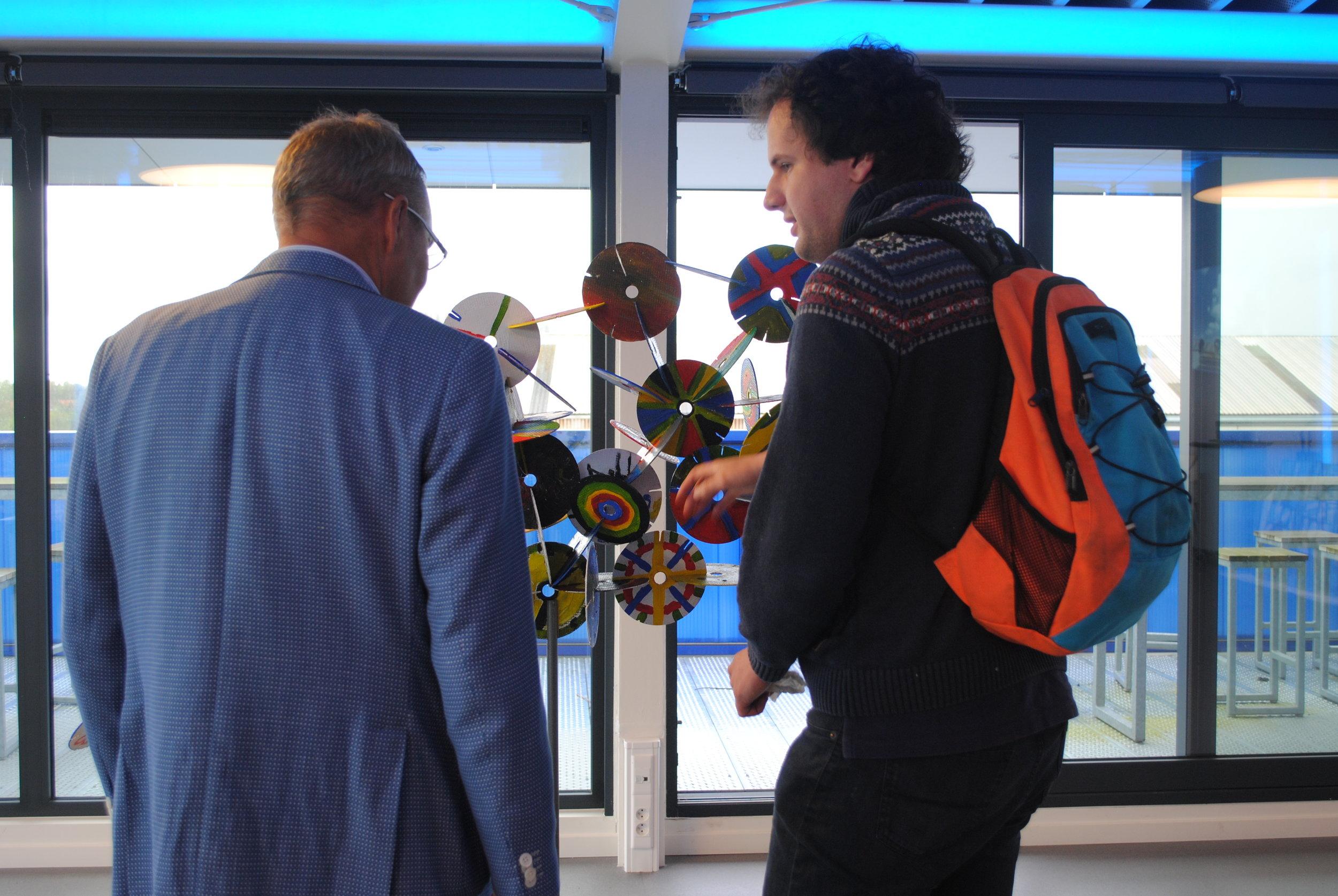 Wim Hoeckman en KunstBaaner Thibault bij de 'Slijpschijvenwolk'