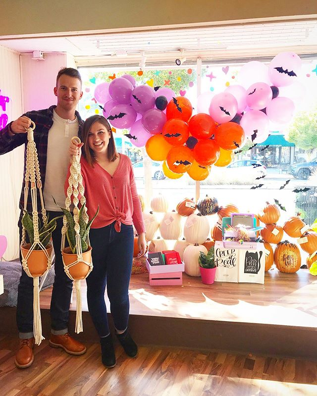 Cuties from yesterday's plant hanger workshop in front of the epic Halloween balloon display at @natterdoodles 🦇🎃🔮✨ #shwworkshops • • • • • #macrame #macrameplanthanger #macrameart #macramelove #macramemakers #macramemovement #modernmacrame #jungalow #bohodecor #halloween #halloweendecor #balloonart #creativelifehappylife #calledtobecreative #abmlifeiscolorful #abmcrafty #colorfullycrafted #ihavethisthingwithcolor #ohhappyday #studiodiyballoons #abmathome #pumpkin #imsomartha #colorcommunity #asseenincolumbus #socolumbus #614artist #sarahharsteweavings #natterdoodle