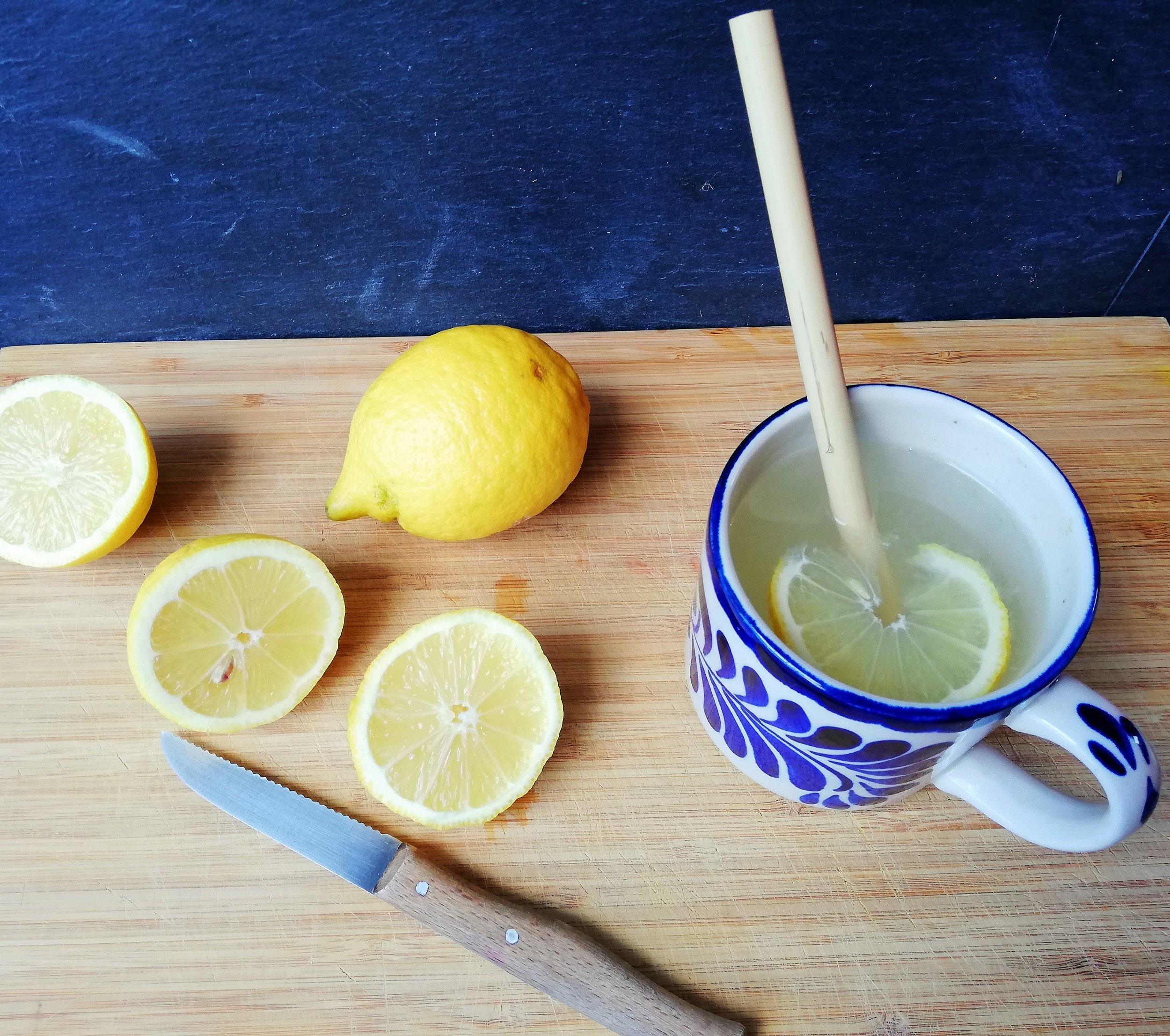 - La vitamina C, es una vitamina que podemos conseguir a través de muchos alimentos como los cítricos: naranjas, mandarinas, pomelo, limones, aunque hay también otros alimentos muy altos en esta vitamina