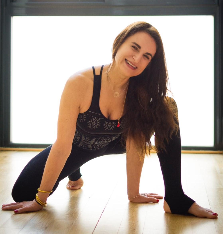 YOGA - Mélanie Bouys, professeure de yoga, diplômée de Yoga Alliance.