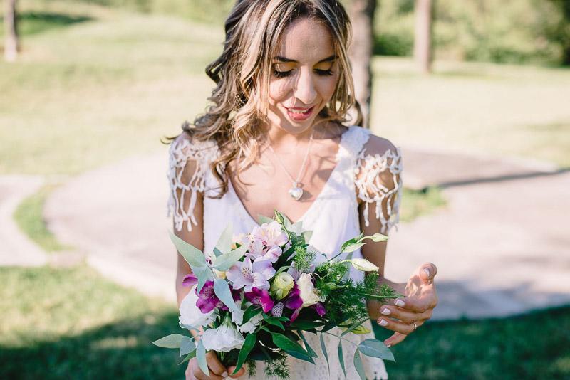 retrato de la novia con su ramo de flores