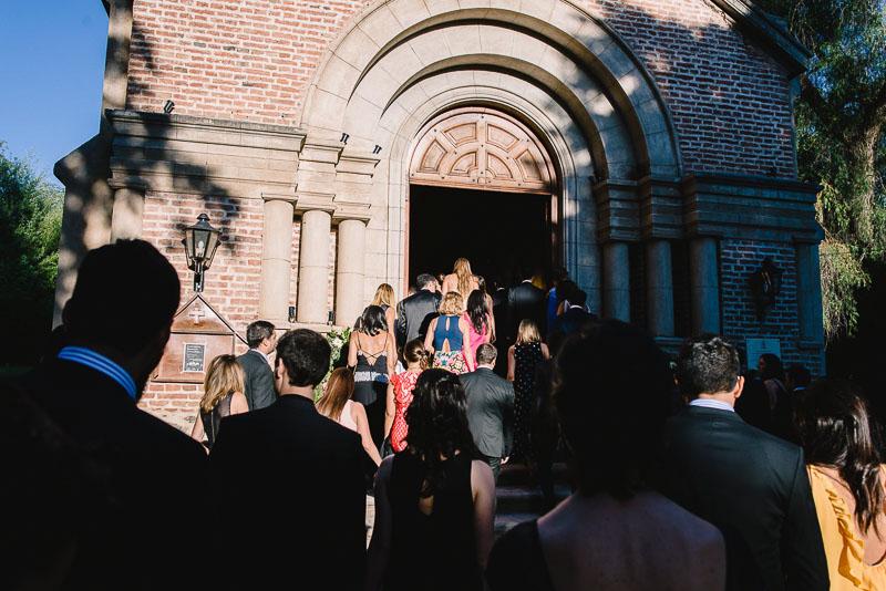 invitados ingresando al oratorio
