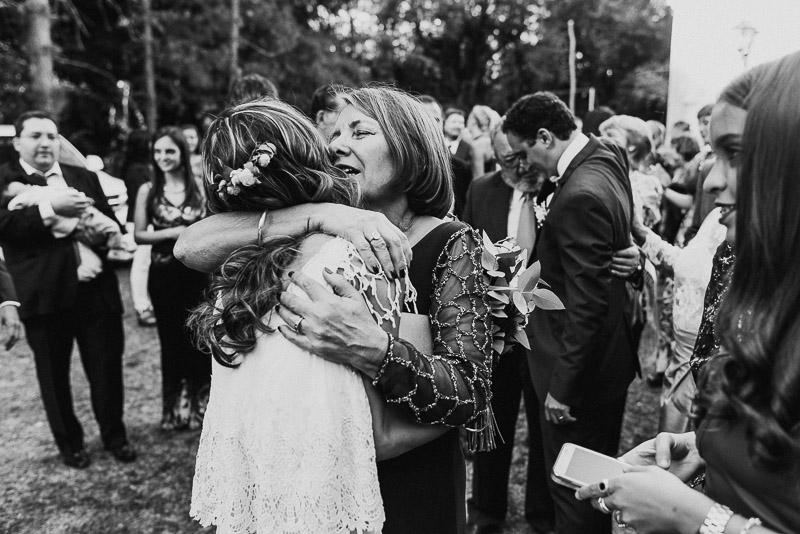 abrazo de madre y su hija ya casada