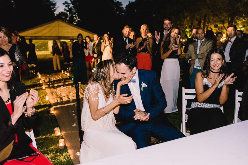 novia besa a novio
