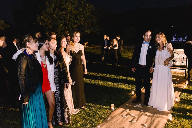amigas de la novia reciben a los novios