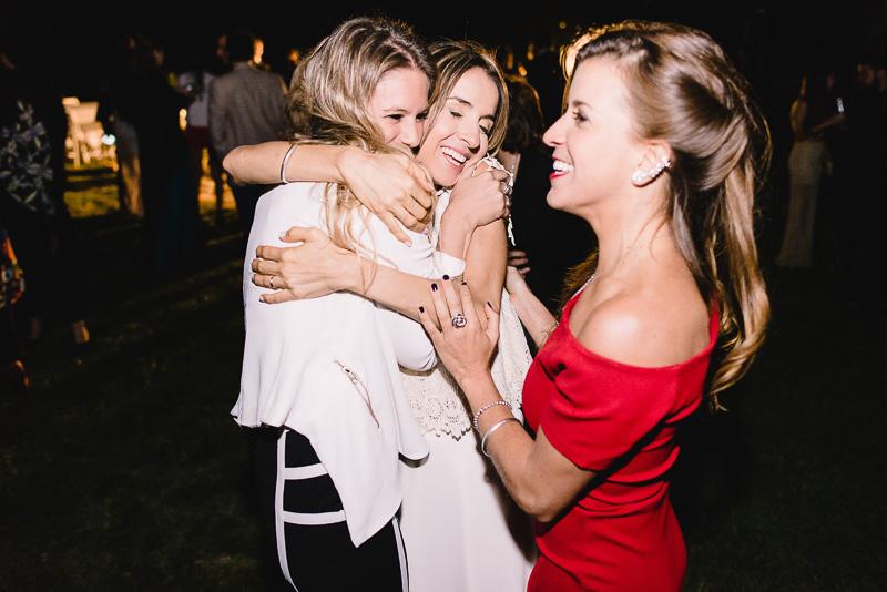 novia abraza a sus amigas