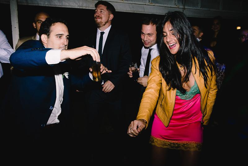 novio bailando con invitada