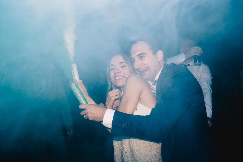 novios con una bengala de humo
