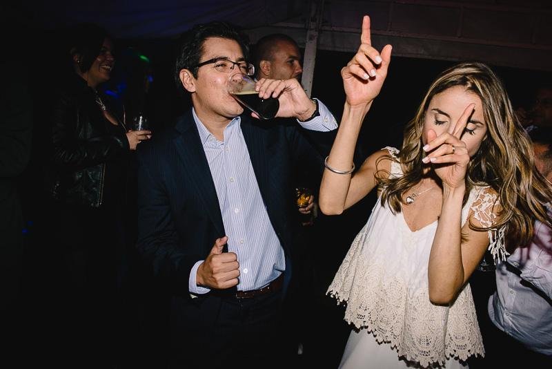 novia bailando con invitado amigo