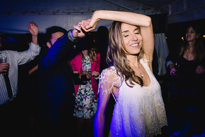 novia bailando con amigos
