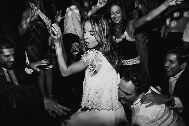 novia bailando rodeada de amigos