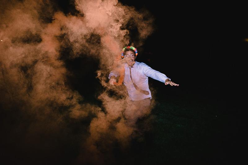 invitado con bengala de humo