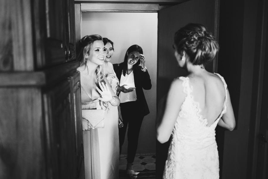 La emocion de ver a su amiga vestida de novia