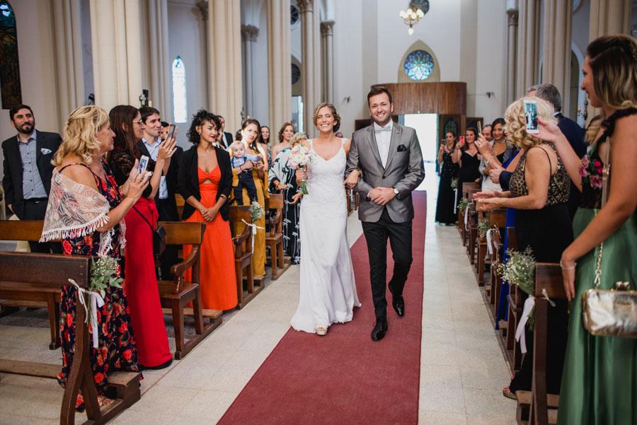 Ser acerca la novia al altar, los invitados contemplan emocionados