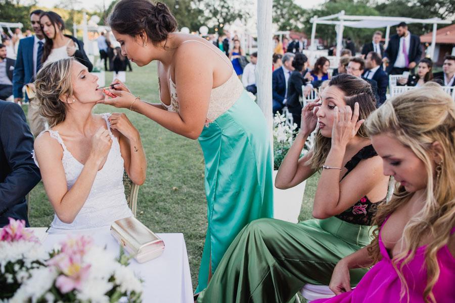 un pequeño retoque en el maquillaje que realiza una amiga a la novia