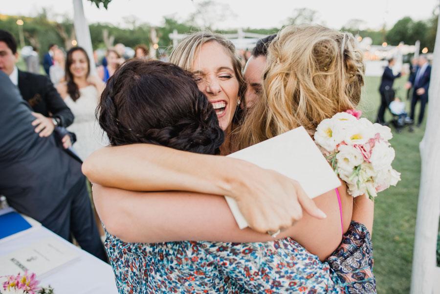 abrazo emotivo de la novia con sus familiares