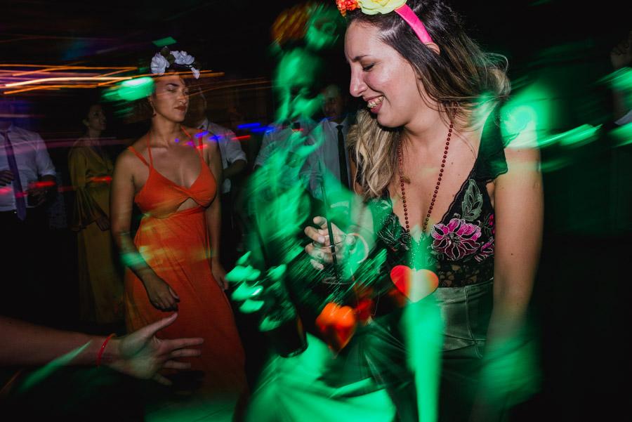 invitada bailando, un efecto luminoso duplica la imagen
