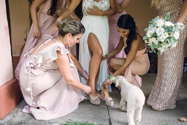 últimos minutos, las damas de honor ayudan a terminar de vestirse a la futura novia