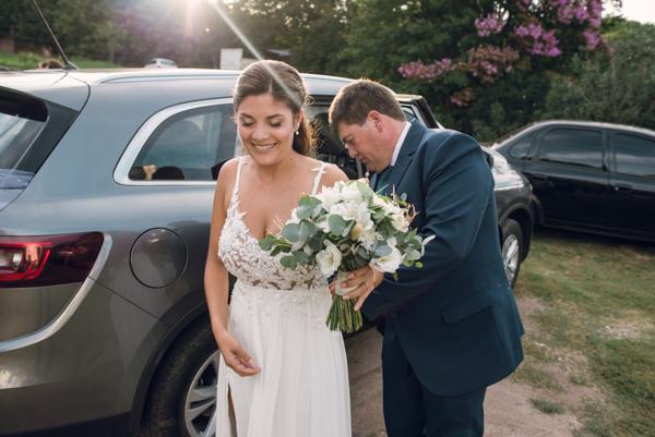 Padre y novia llegando a las puertas de la Iglesia