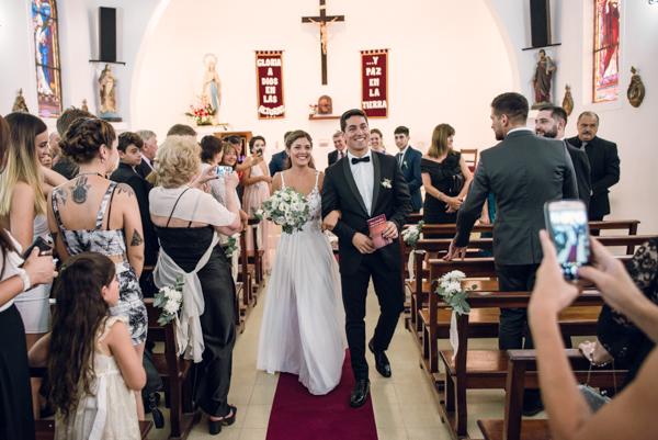 Recién casados saliendo de la Iglesia