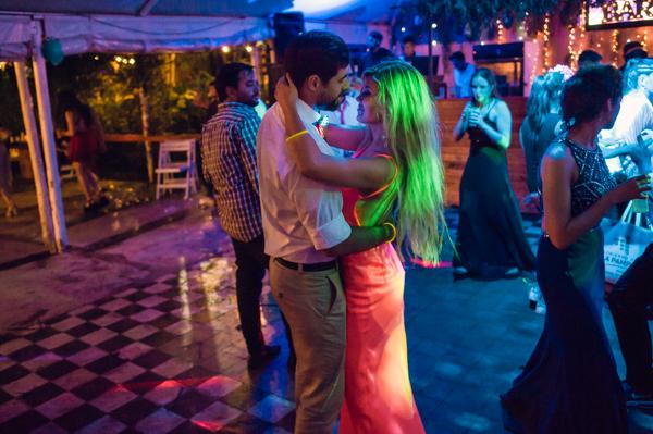 pareja de amigos bailando románticos