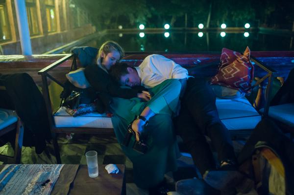 fin de la fiesta, pareja descansando de tanto bailar